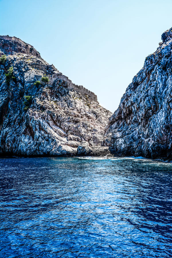 Mediterrane rotsen en oceaan in Turkije royalty-vrije stock foto