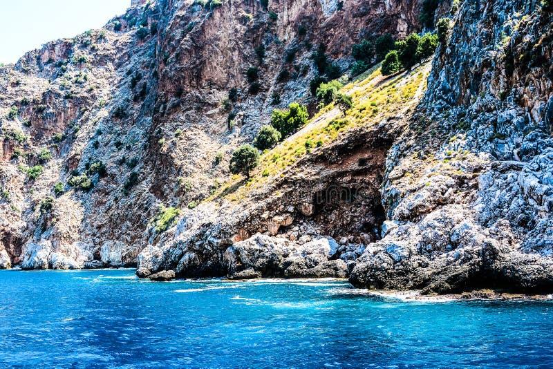 Mediterrane rotsen en oceaan in Turkije royalty-vrije stock afbeelding