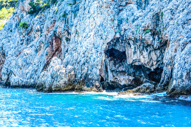 Mediterrane rotsen en oceaan in Turkije stock foto's