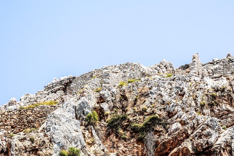 Mediterrane rotsen en oceaan in Turkije stock afbeeldingen