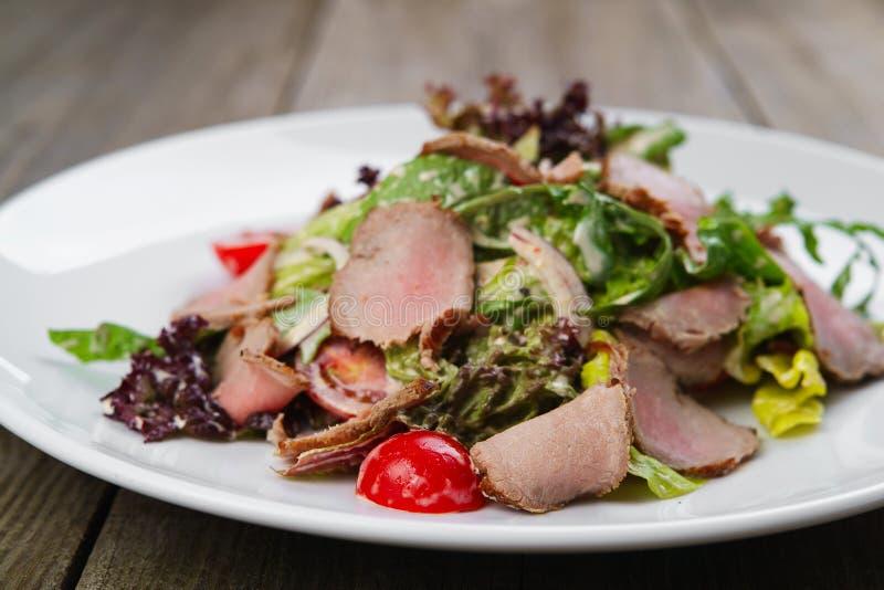 Mediterrane salade met kalfsvlees en kersentomaten stock afbeelding