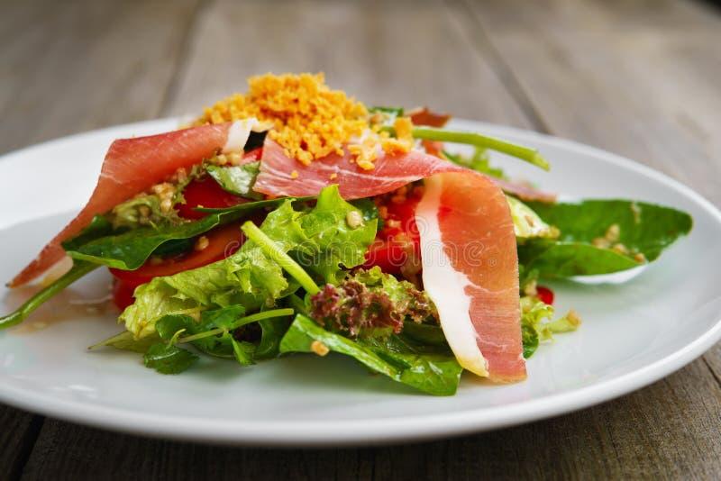 Mediterrane salade van prosciutto en groenten royalty-vrije stock afbeelding