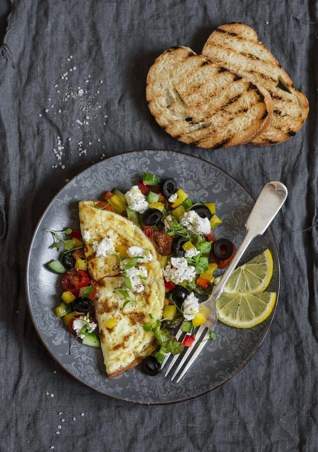 Mediterrane stijlomelet op een donkere achtergrond, hoogste mening Gezond voedsel stock afbeeldingen