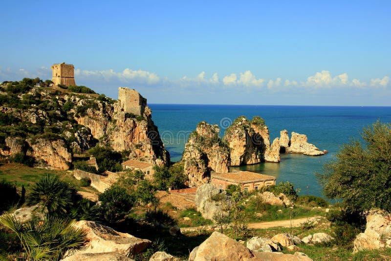 Mediterrane vakantie. De rotsen & het overzees van de kust. Sicilië stock fotografie