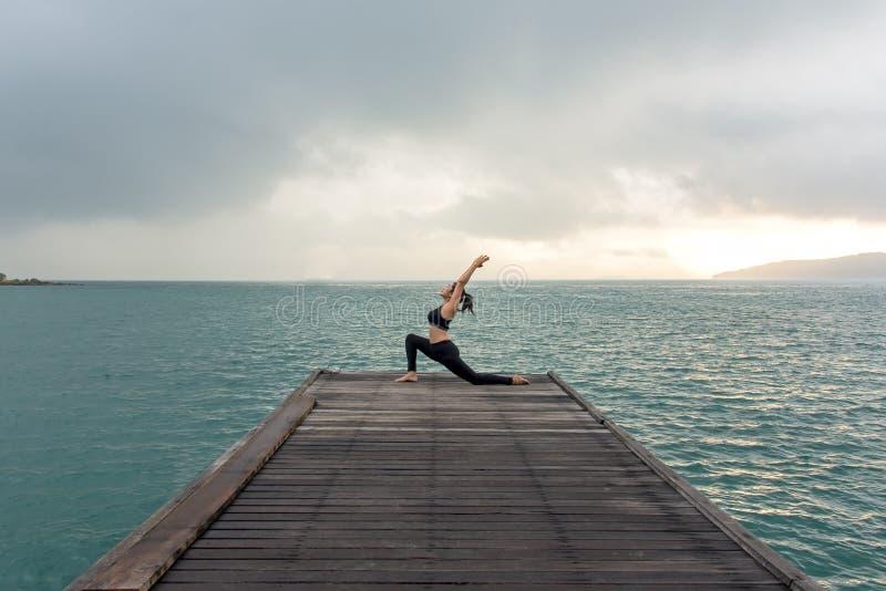 Meditieren das gesunder ausgewogene Yogaüben der Frau Lebensstil und Energie auf der Brücke am Morgen lizenzfreies stockfoto