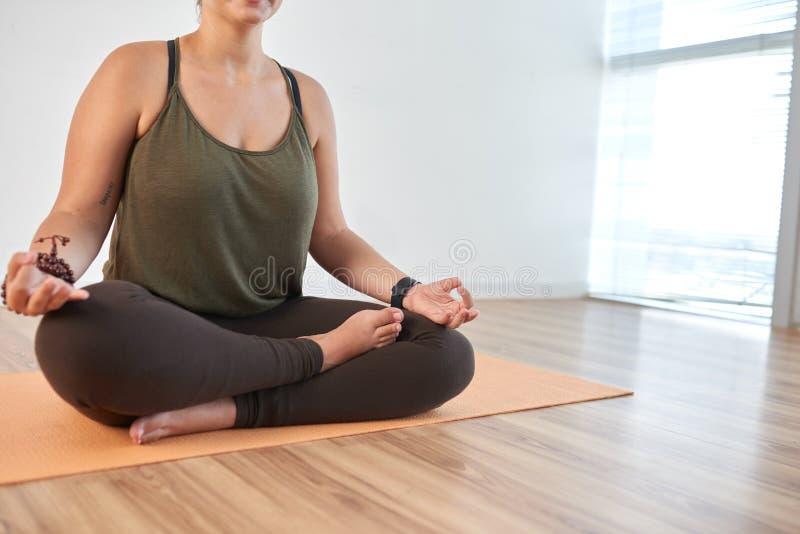 Meditieren am Fitnessstudio lizenzfreies stockfoto