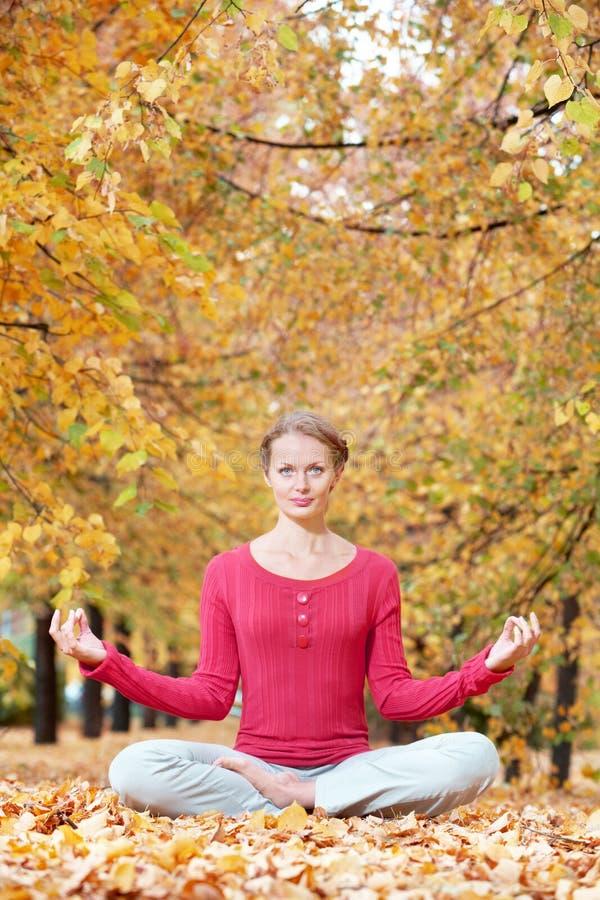 Meditieren im Herbst stockfoto