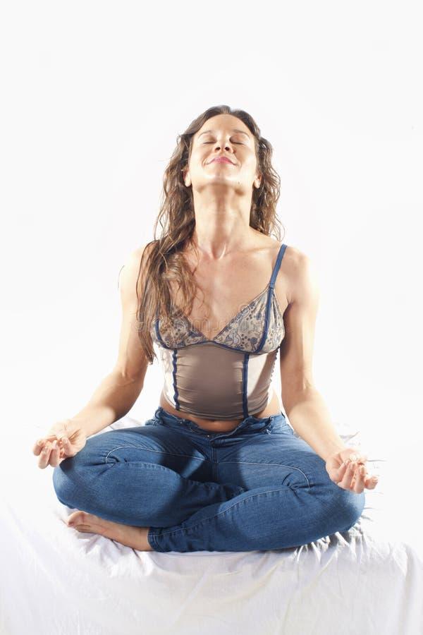 Meditierende Brunette Frau lizenzfreies stockbild