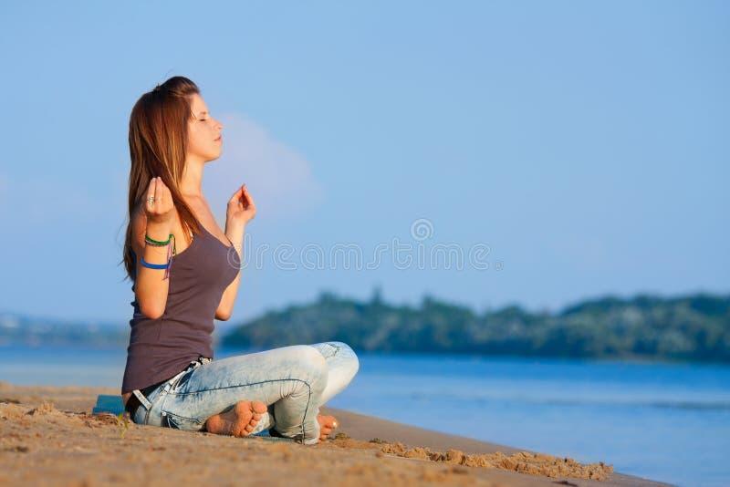 Meditierende Frau stockfoto
