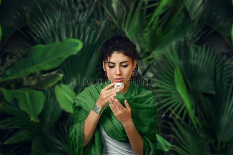 Meditierende Frau und Tee im tropischen Regenwald trinken stockfotos