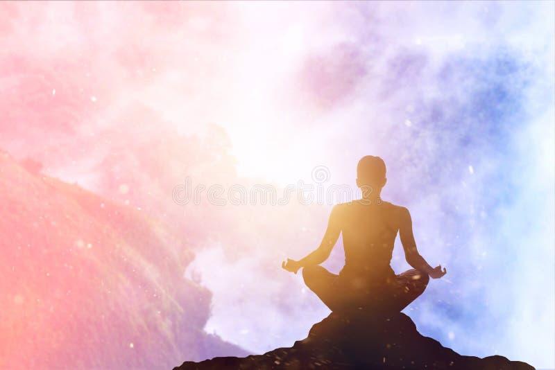 Meditierender bunter Pastell der Frau auf hohem Berg im Sonnenuntergang lizenzfreie stockbilder