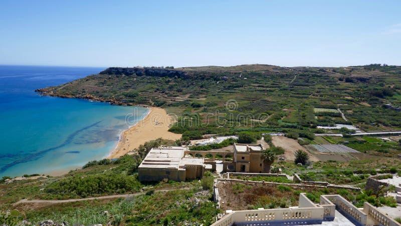 Meditteranean landskap med stranden royaltyfri fotografi