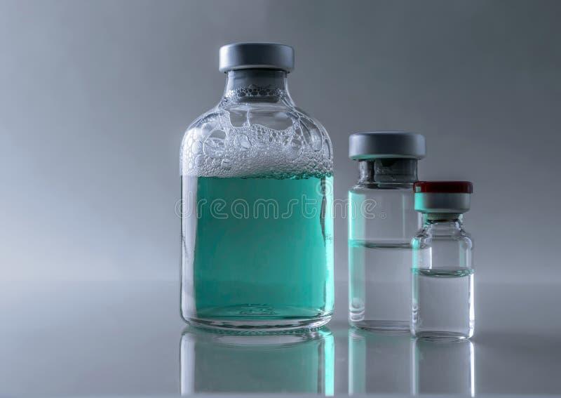 Medizin in den Phiolen, bereitet für Impfeinspritzung vor lizenzfreie stockbilder