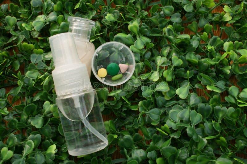 Medizin, Fokus an der Pille und Pillenkasten, Flasche Spray andbottle von lizenzfreies stockbild