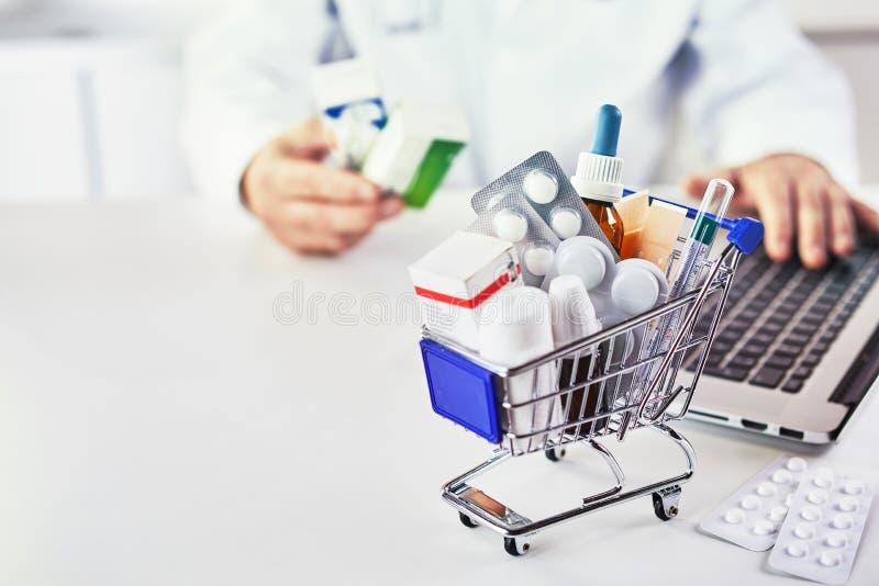 Medizin im Warenkorb auf Schreibtisch eines Drugstores stockbilder