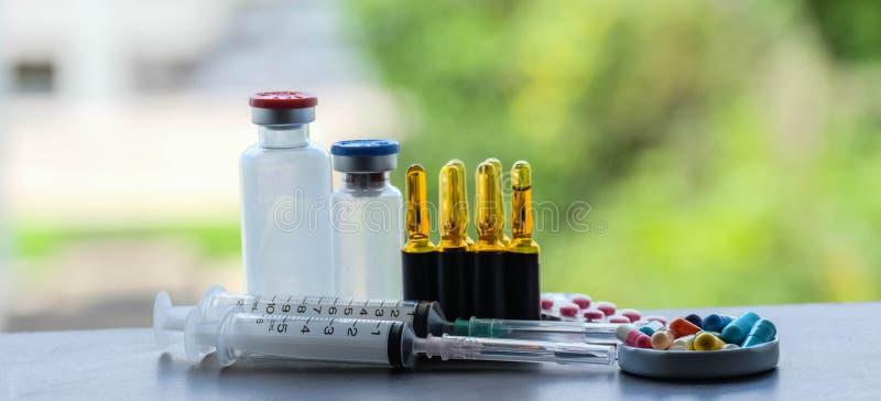 Medizin und Ampule und Einspritzung lizenzfreie stockfotografie
