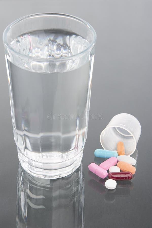 Medizin und Wasser stockbild