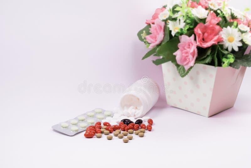 Medizinabhilfe im Plastikbehälter und Kapsel mit weißem bott lizenzfreies stockfoto