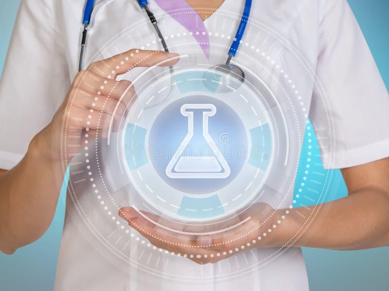Medizindoktor, der mit moderner Computerschnittstelle als Konzept arbeitet lizenzfreie stockfotos