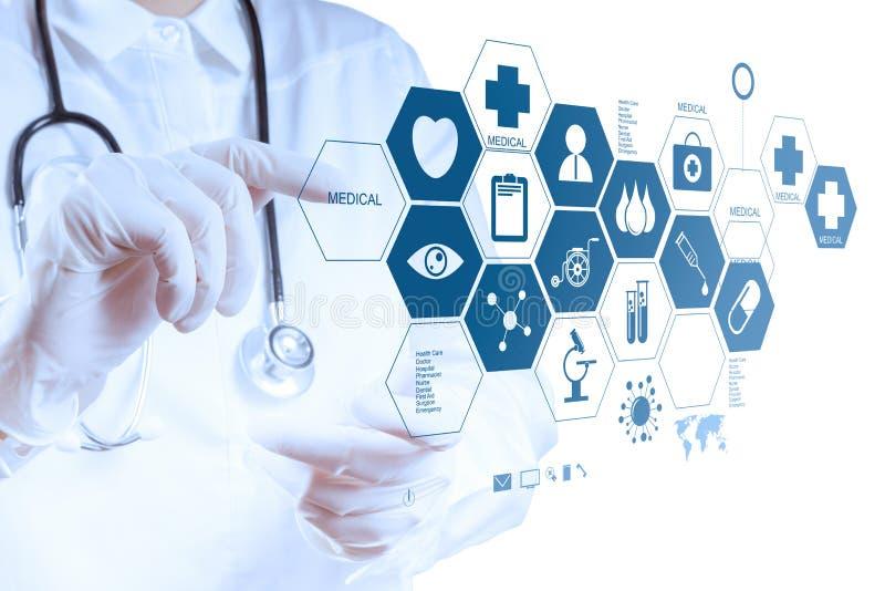 Medizindoktorhand, die mit moderner Computerschnittstelle arbeitet lizenzfreie stockfotos