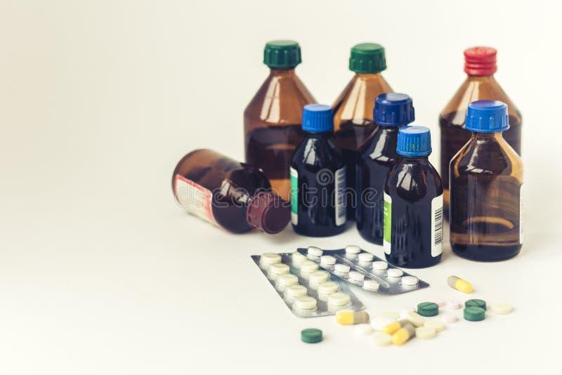 Medizinflaschen, Pillen oder Kapselblisterpackung auf wei?em Hintergrund mit Kopienraum f?r Text, Retro- Konzeptnahaufnahme stockfotos