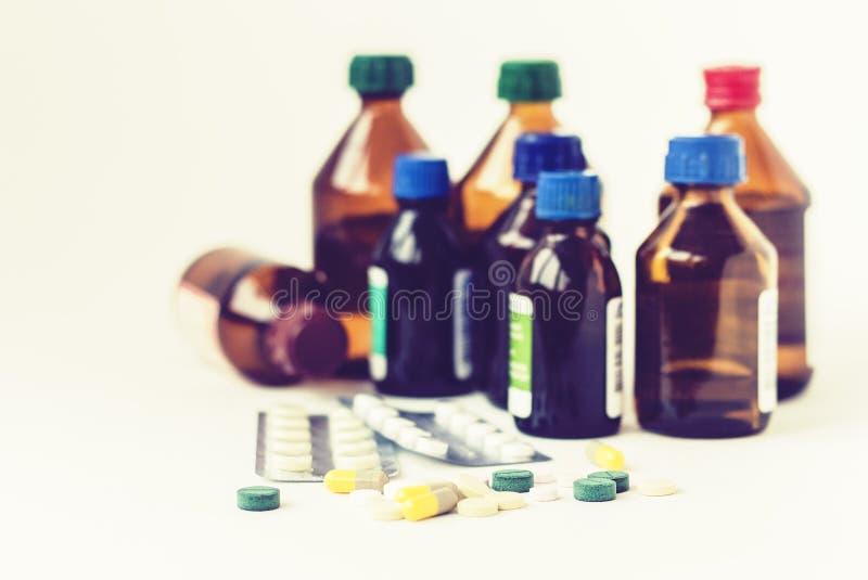 Medizinflaschen, Pillen oder Kapselblisterpackung auf wei?em Hintergrund mit Kopienraum f?r Text, Retro- Konzeptnahaufnahme stockfotografie