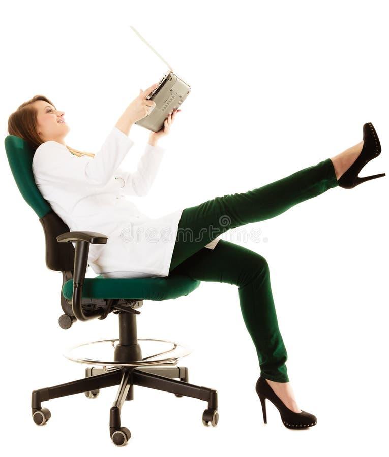medizinisch Ärztin unter Verwendung des Computerlaptops lizenzfreie stockfotos