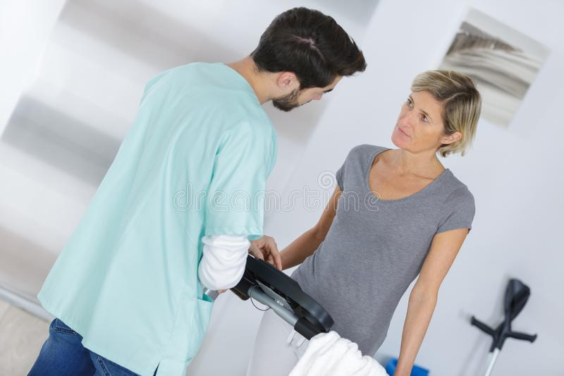 Medizinische Arbeitskraft in der Diskussion mit Frau zu Hause stockfotografie