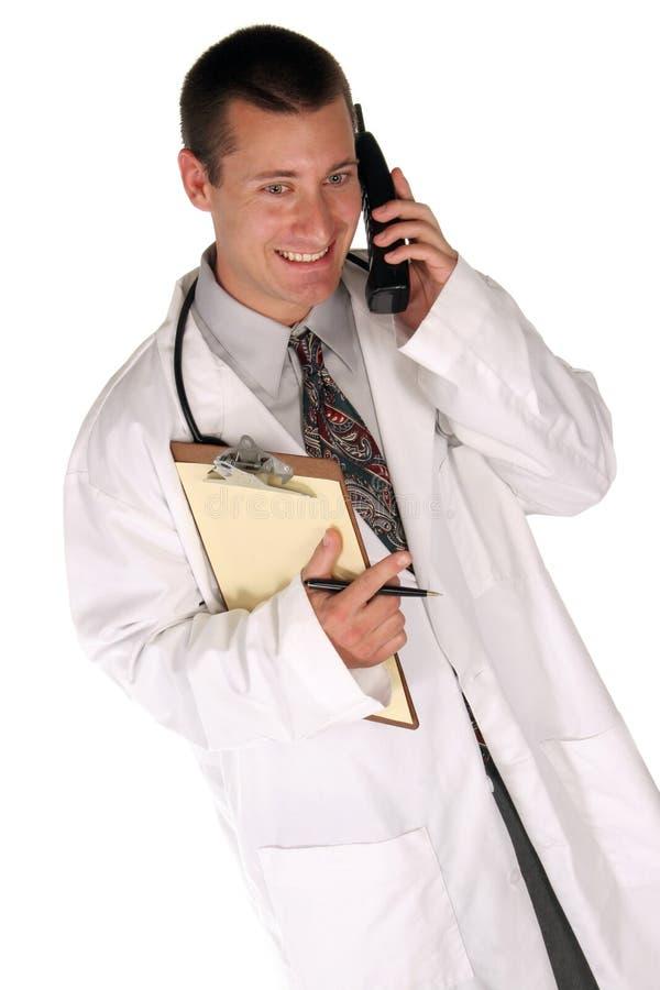 Medizinische Arbeitskraft hilft Ihnen heraus über dem Telefon stockfotos