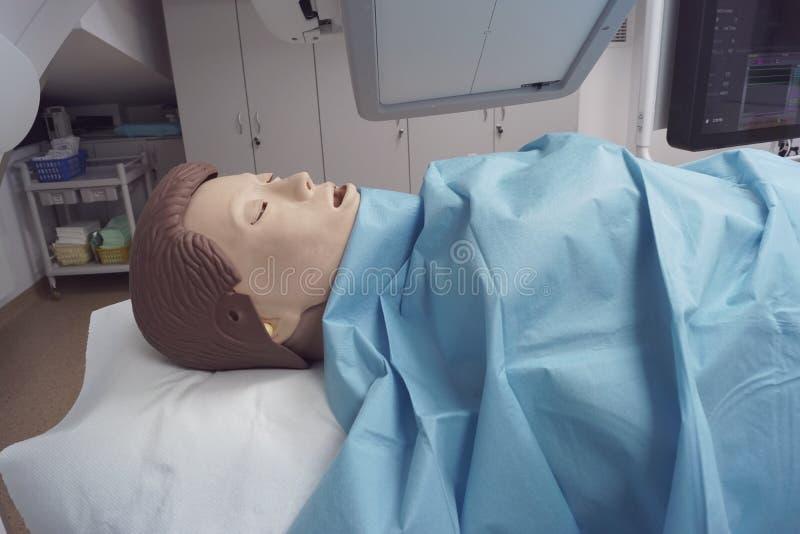 Medizinische Attrappe umgeben durch medizinische Ausrüstung stockfotos