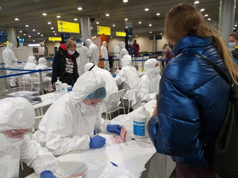 Medizinische Befragung für COVID-19 im Flughafen Sheremetyevo stockfoto