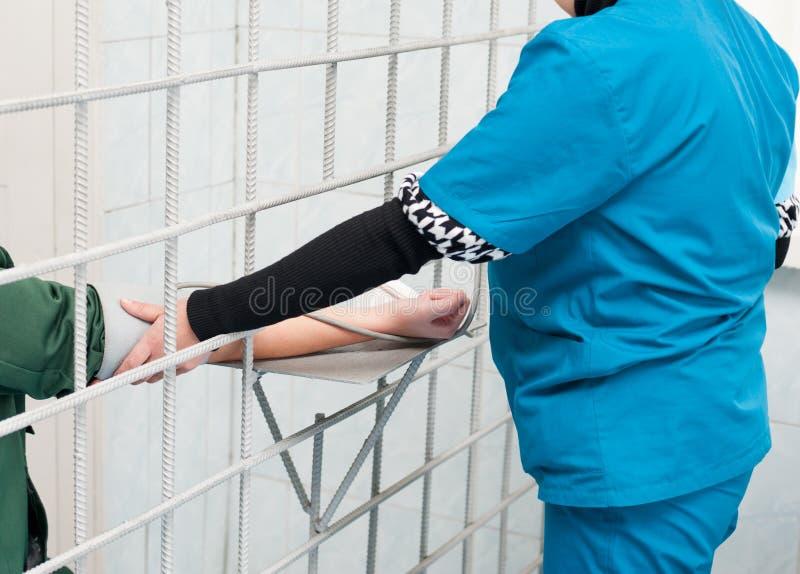 Medizinische Behandlung am Gefängnis stockfoto