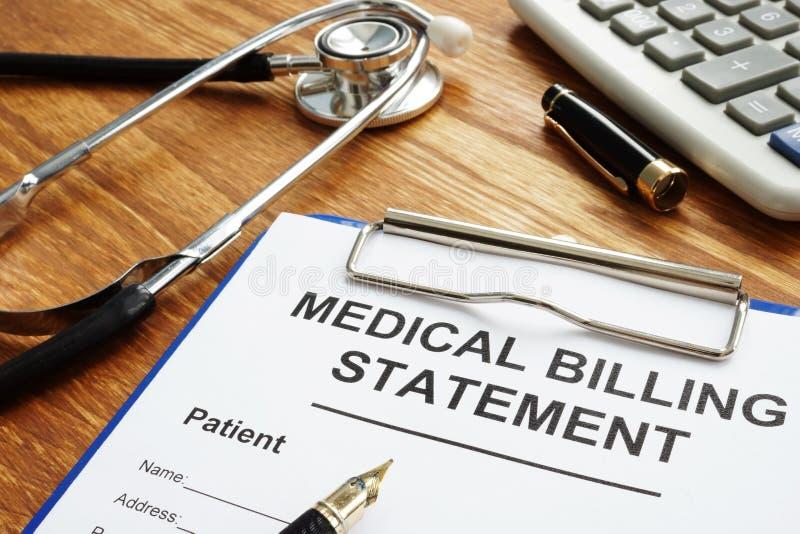 Medizinische berechnende Aussage, Stift und Stethoskop Erschwingliches Gesundheitswesen lizenzfreie stockbilder