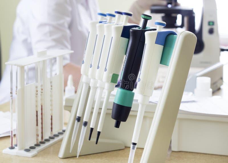 Medizinische Dosierer, Mikroskop, Blut, Doktor lizenzfreie stockfotografie