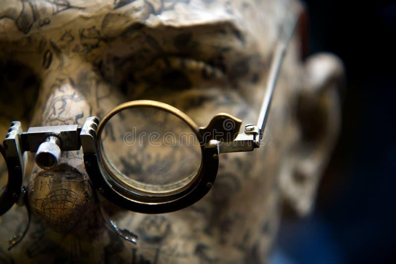 Medizinische Gläser auf Mannequinkopf stockbilder