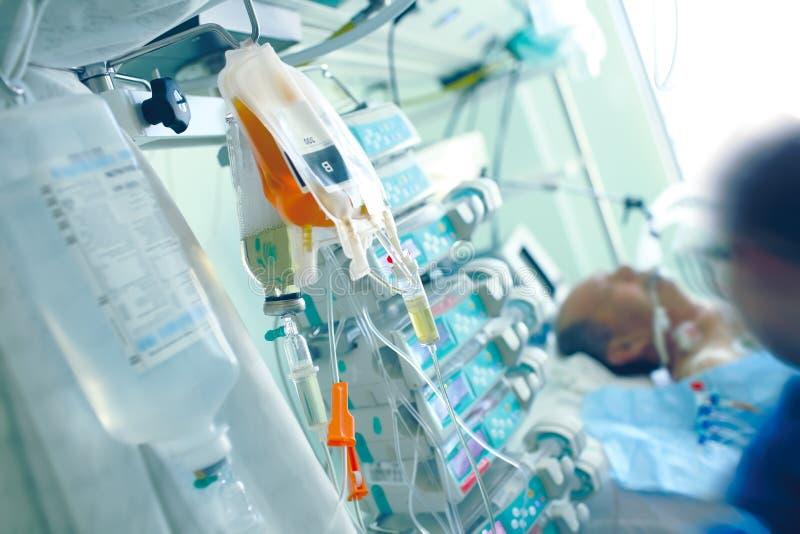 Medizinische Infusionsmedien auf dem Hintergrund des Patienten und lizenzfreies stockfoto