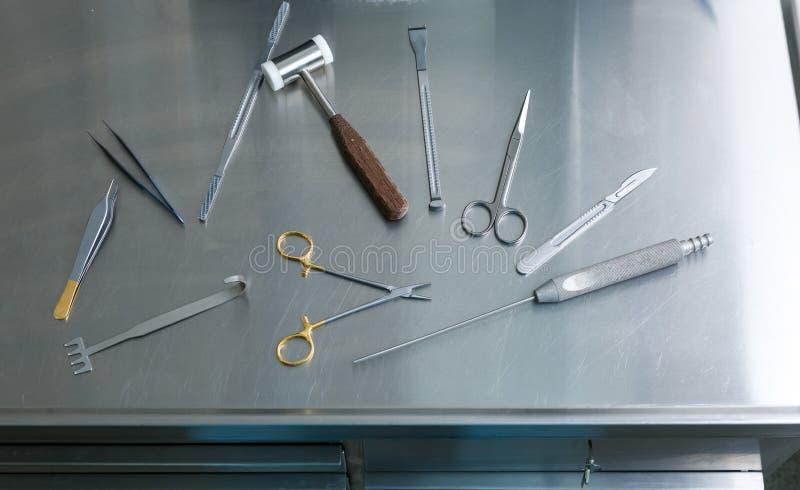 Medizinische Instrumente Fällige Frau über Weiß lizenzfreies stockbild