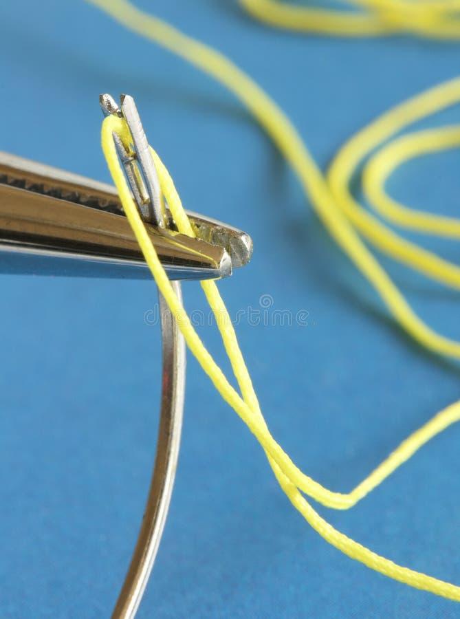 Medizinische Instrumente - Nadel und Gewinde lizenzfreies stockfoto