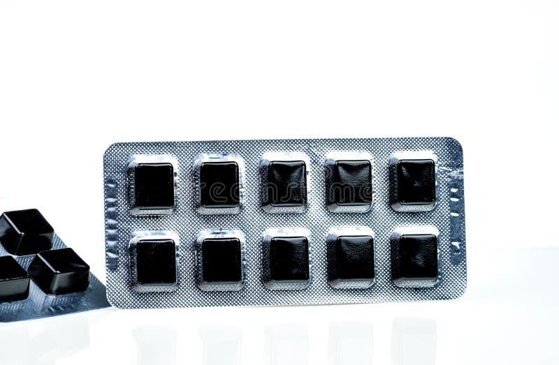 Medizinische Pastille für Entlastungshusten-, -Halsschmerzen- und -kehlirritation lokalisiert auf weißem Hintergrund Husten- und  lizenzfreie stockbilder