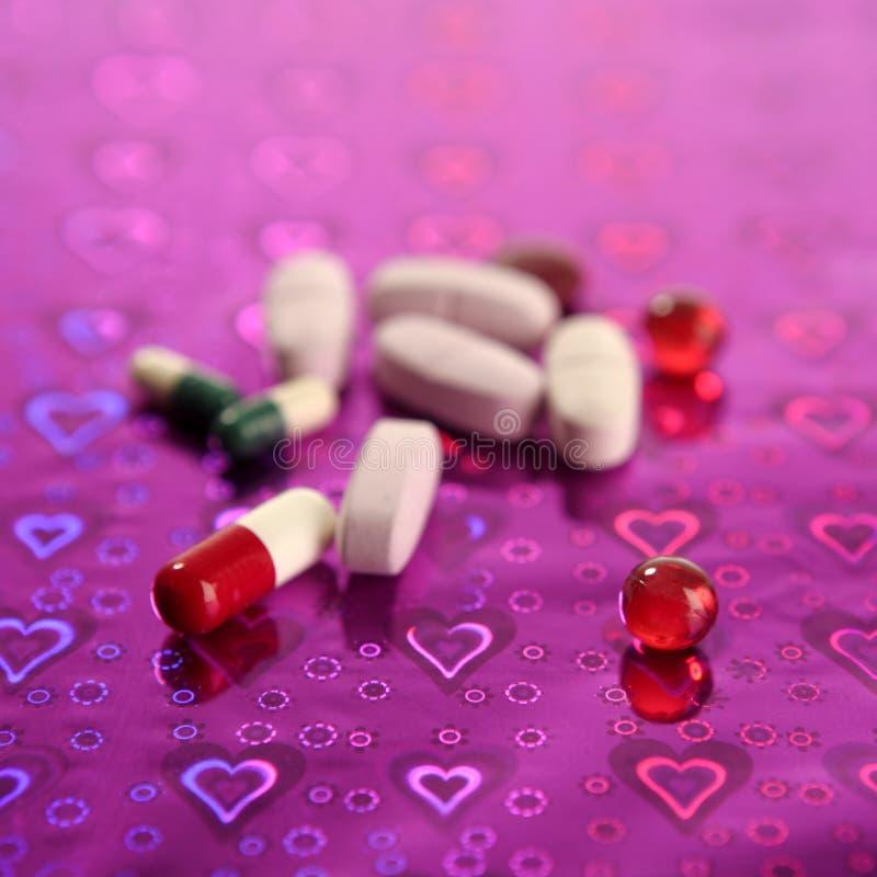 Medizinische Pillen über ganz eigenhändig geschriebem Purpur lizenzfreie stockfotografie
