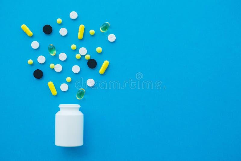 Medizinische Pillen Farbige Pillen und Kapsel auf blauem Hintergrund Apotheken-Thema, Kapsel-Pillen mit Medizin-Antibiotikum here lizenzfreies stockbild