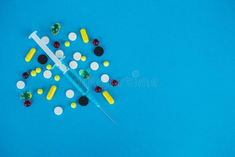 Medizinische Pillen Farbige Pillen und Kapsel auf blauem Hintergrund Apotheken-Thema, Kapsel-Pillen mit Medizin-Antibiotikum here stockbilder
