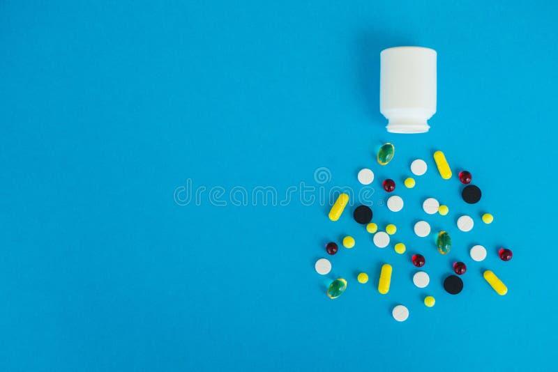 Medizinische Pillen Farbige Pillen und Kapsel auf blauem Hintergrund Apotheken-Thema, Kapsel-Pillen mit Medizin-Antibiotikum here lizenzfreie stockfotos