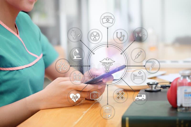 Medizinische Technologie, Doktor unter Verwendung des Smartphone und der Sichtikone auf w lizenzfreie stockbilder