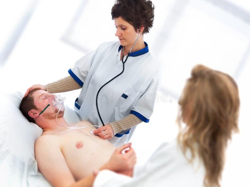 Medizinische Unterstützung auf jungem Mann lizenzfreie stockfotos