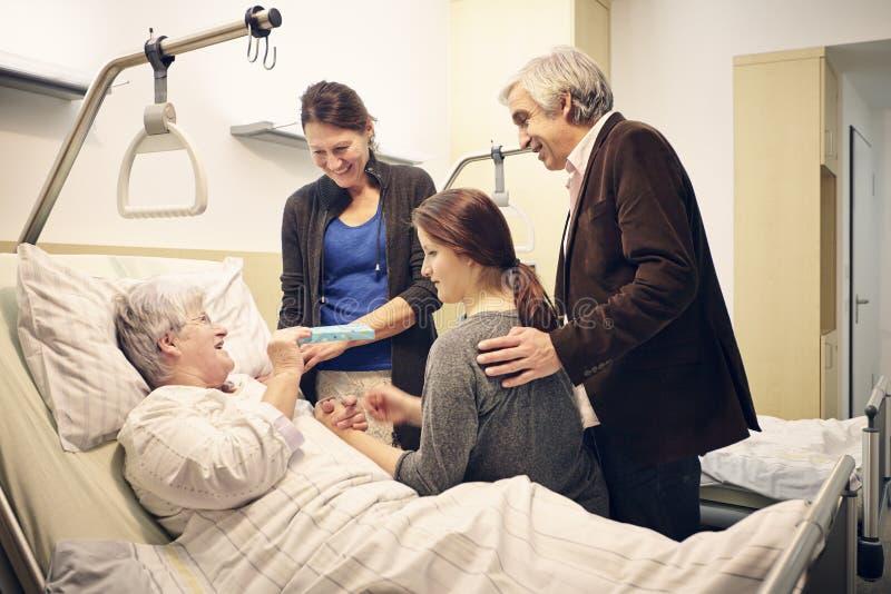 Medizinischer Besuch der Krankenhausfamilie stockfotografie