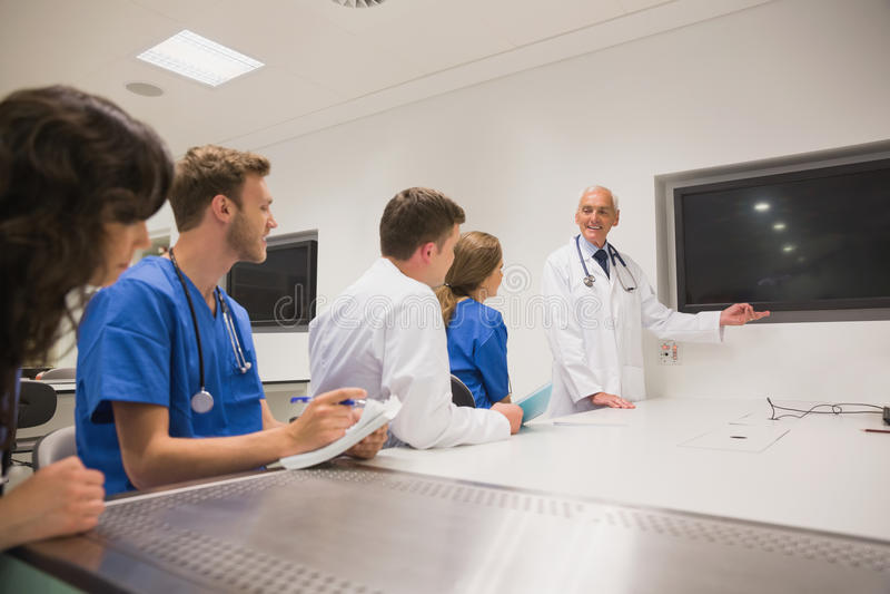Medizinischer Professor, der junge Studenten unterrichtet lizenzfreie stockfotos