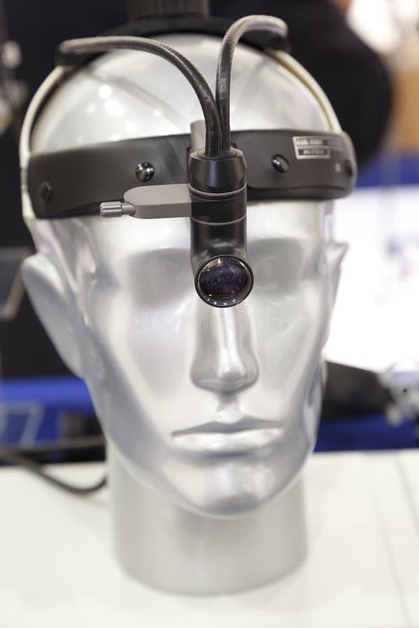 Medizinischer Scheinwerfer auf dem Kopf der Attrappe lizenzfreie stockfotos