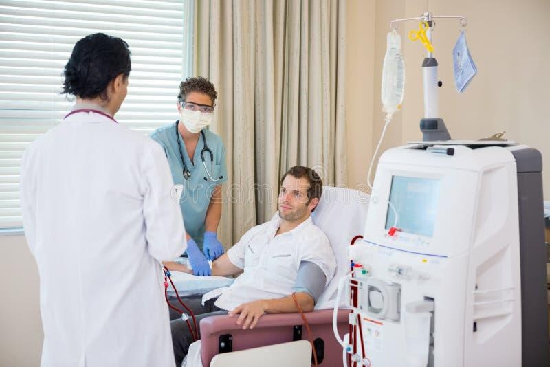 Medizinischer Team With Patient Undergoing Renal lizenzfreies stockbild