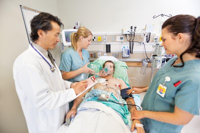 Medizinischer Team Treating Critical Patient lizenzfreie stockfotografie